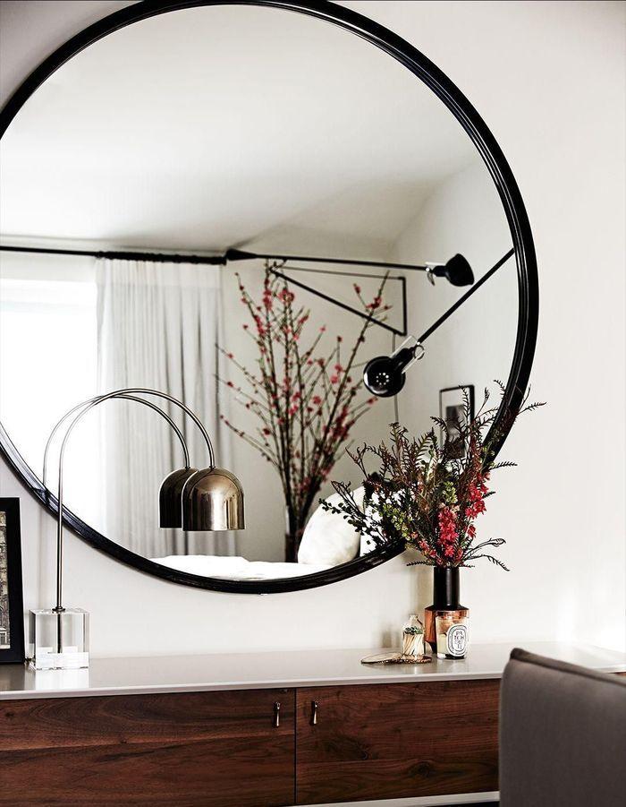 Le miroir rond dans une suite parentale pour changer du sempiternel miroir rectangle