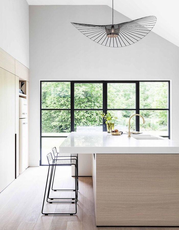 La suspension Vertigo noire dans une cuisine claire et épurée