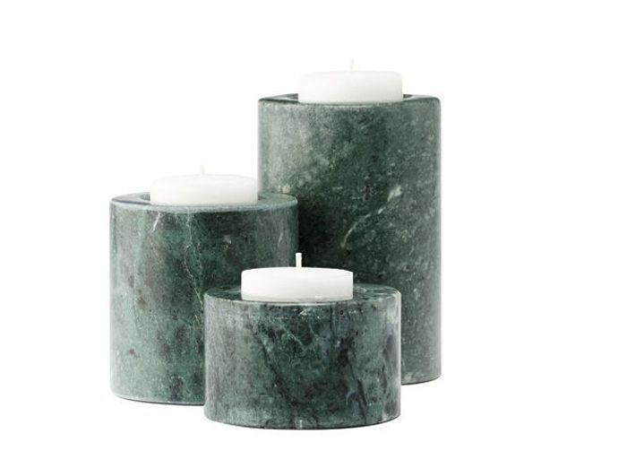 Un trio de bougeoirs en marbre vert