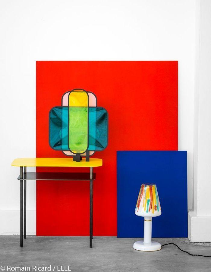 Console et lampes aux couleurs primaires