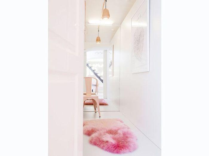 Couloir épuré aux touches de rose