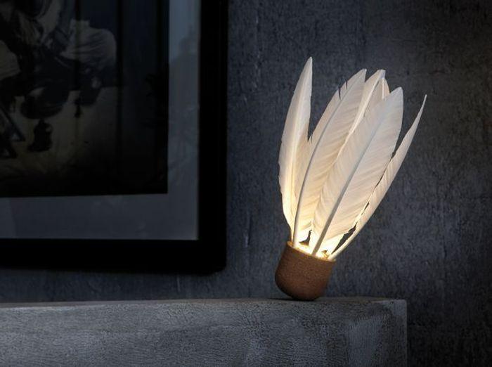 Une lampe à poser mi liège mi plumes