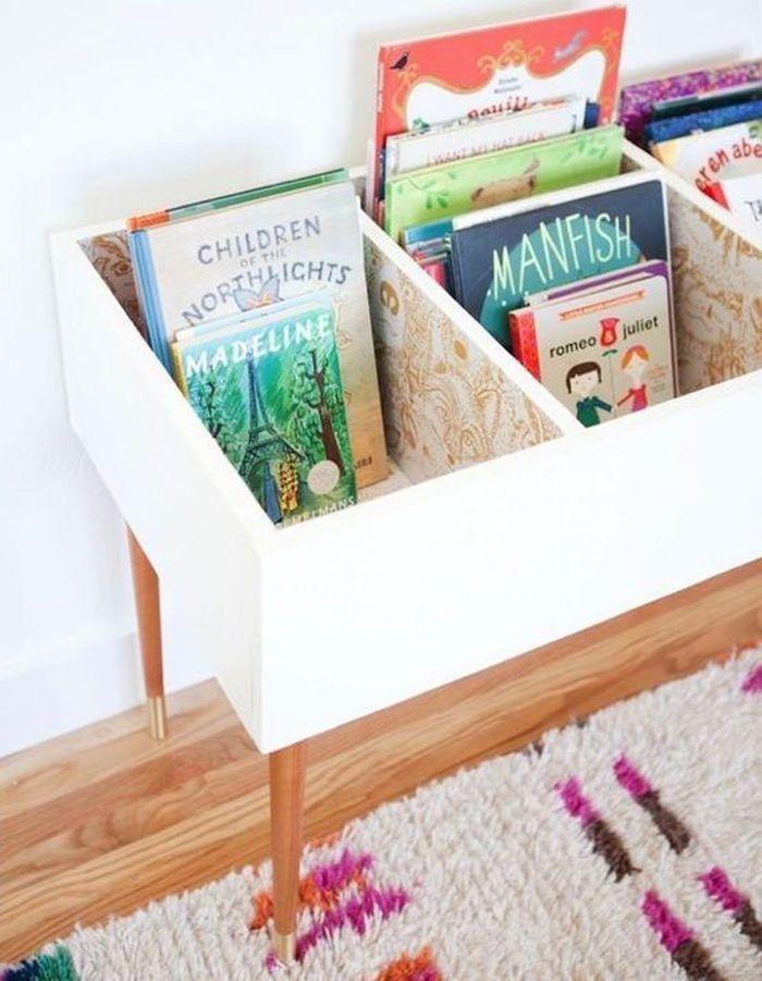 Des livres pour enfants rangés dans un meuble rétro