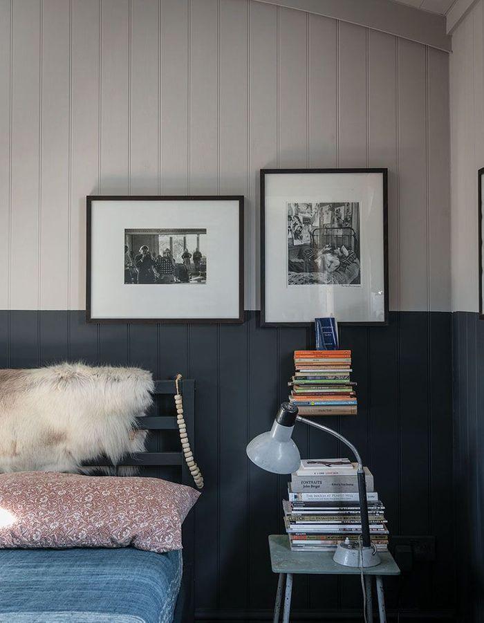 Créer un effet intimiste via un soubassement repeint dans une teinte foncée pour une chambre cocooning