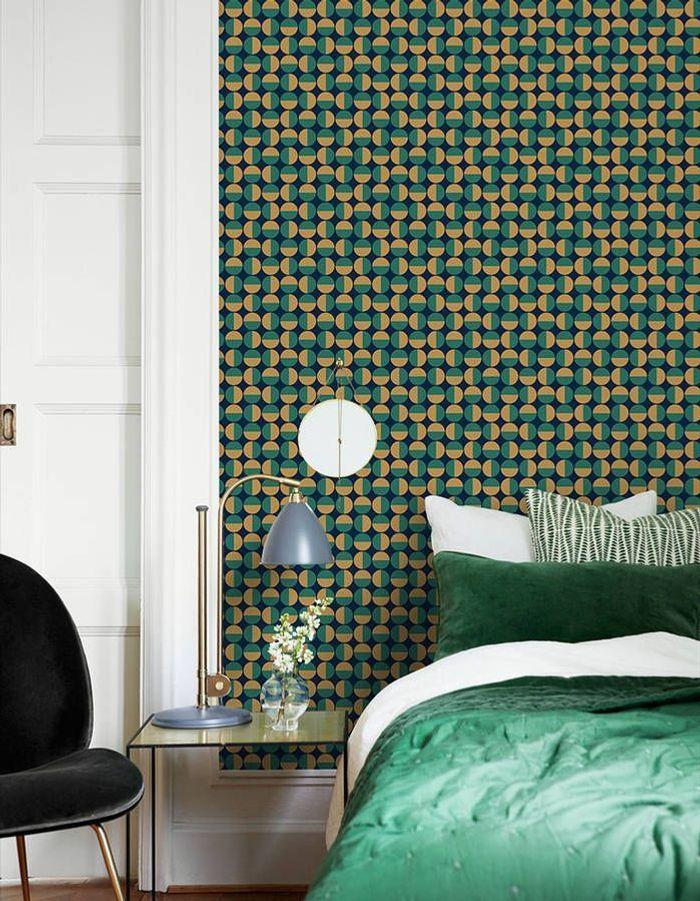 L'idée à retenir : oser le papier peint graphique en guise de tête de lit