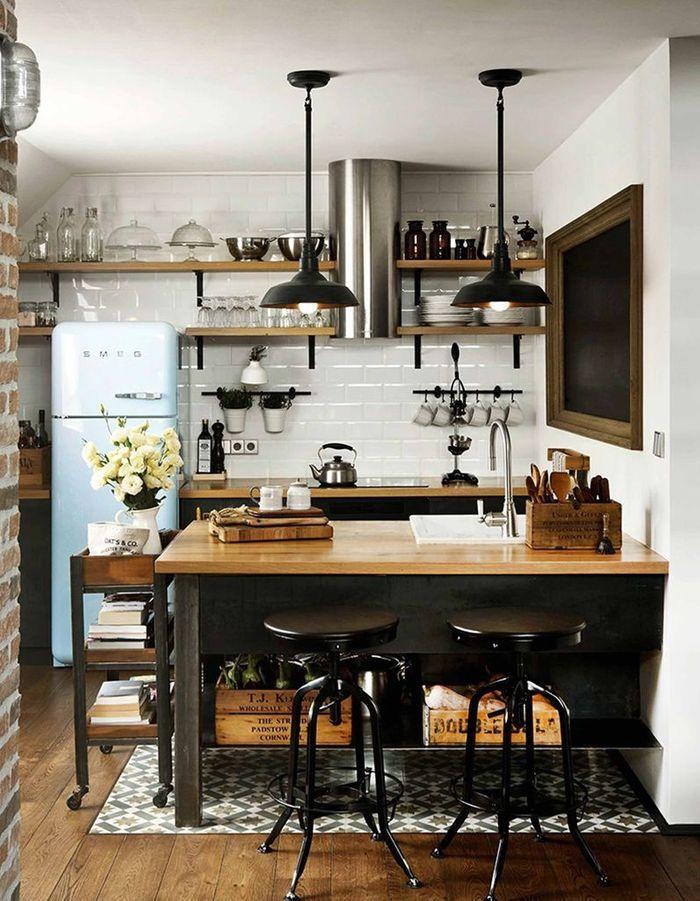 Cuisine vintage équipée d'étagères pour exposer la vaisselle