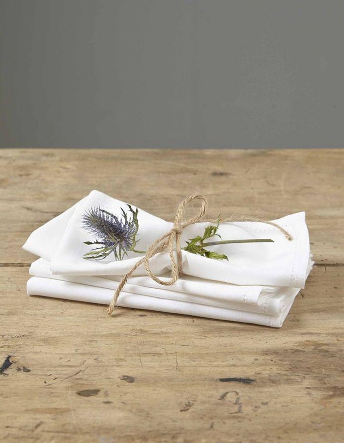 Des serviettes de table en lin pour une déco de table de Saint-Valentin raffinée