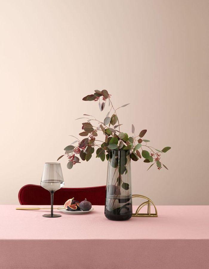 Une carafe en verre fumé pour une déco de table de Saint-Valentin sobre