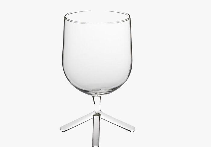 Vaisselle design : un verre à eau tripode