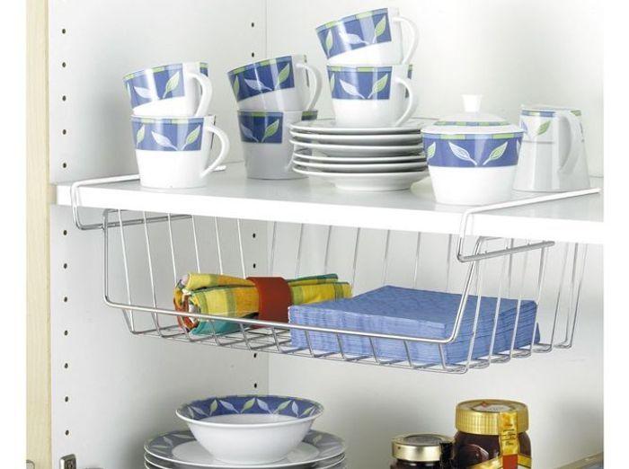Des placards de cuisine équipés de rangements à suspendre