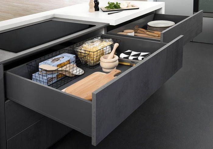 Des placards de cuisine pratiques organisés avec des paniers