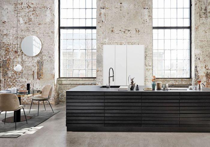 Une cuisine design associée à un mur décrépi