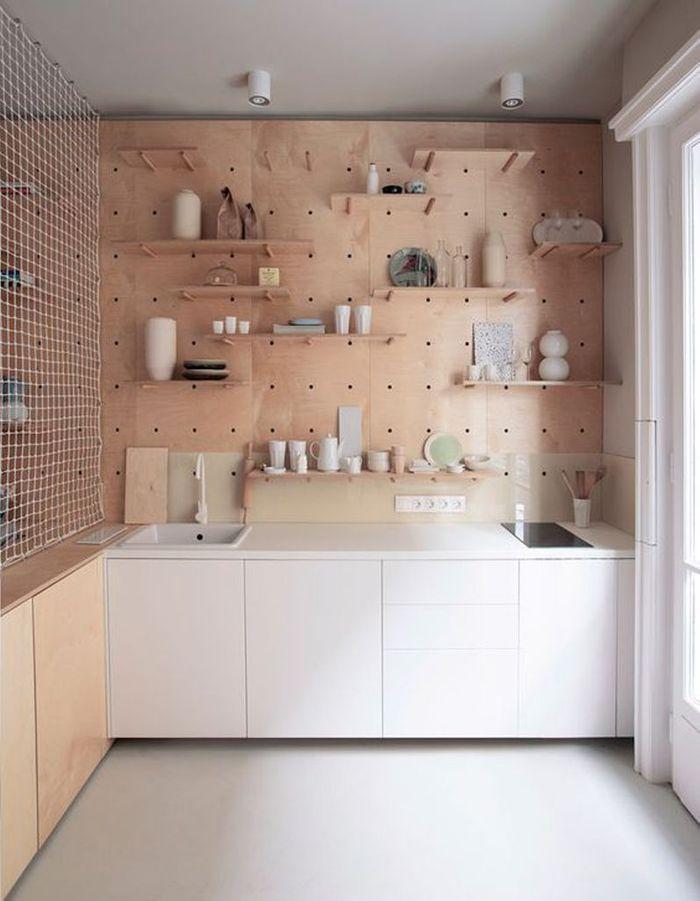 Une cuisine en bois aux étagères amovibles