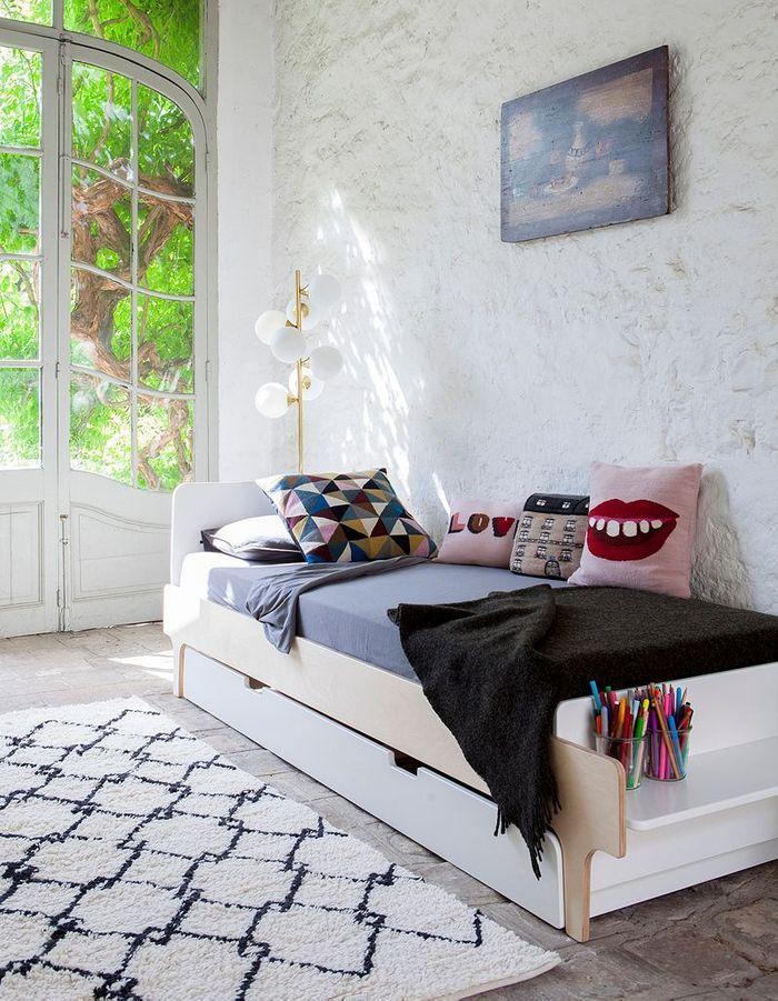 Un lit avec banc intégré pour créer un coin bureau