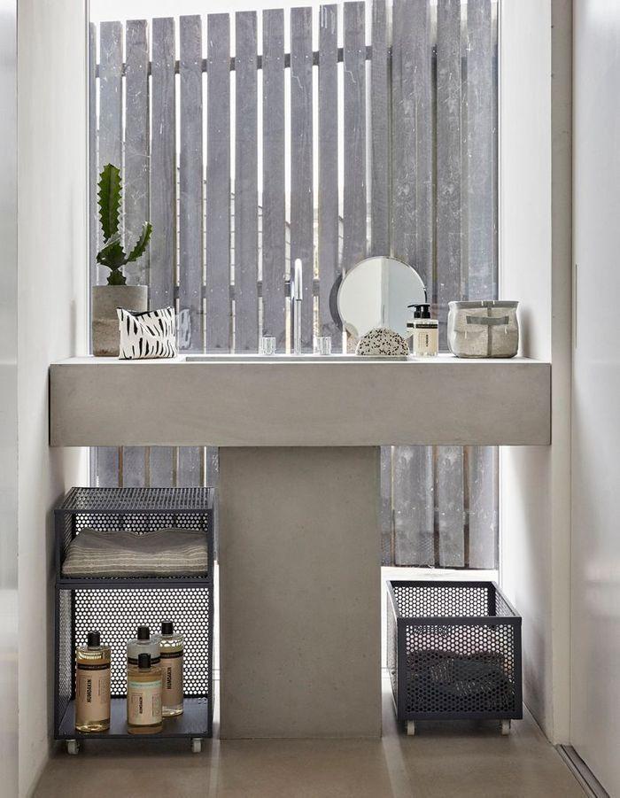 Une salle de bains design qui joue la carte de la vasque en ciment