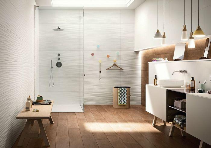 Une salle de bains design familiale