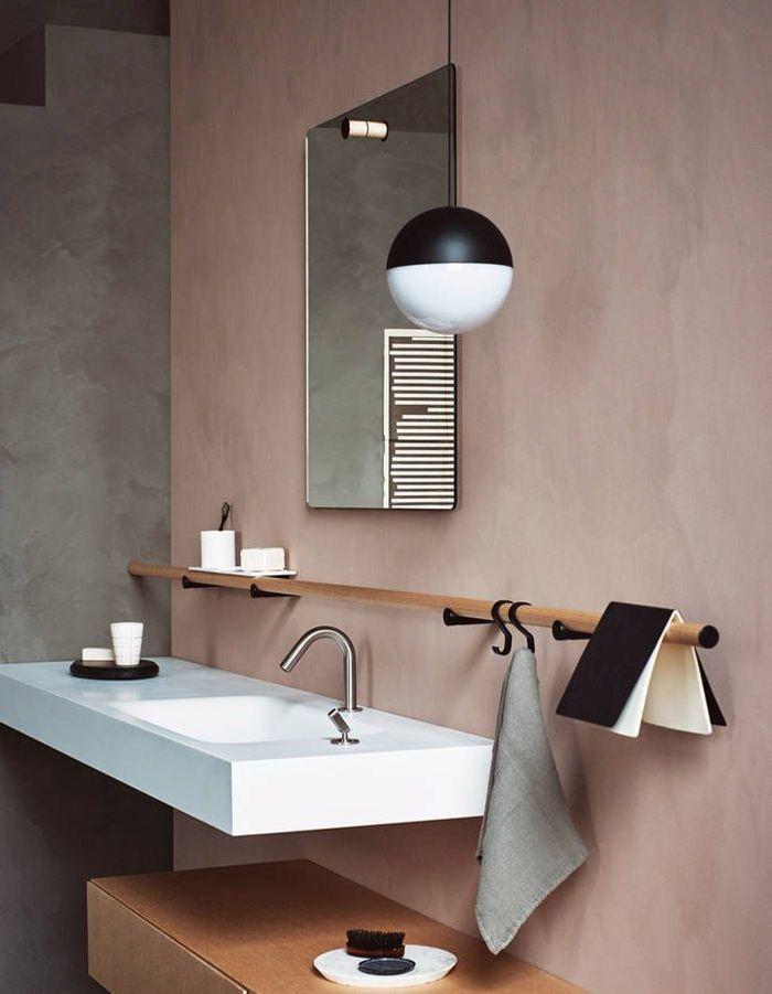 De la couleur dans la salle de bains via un mur repeint à la chaux