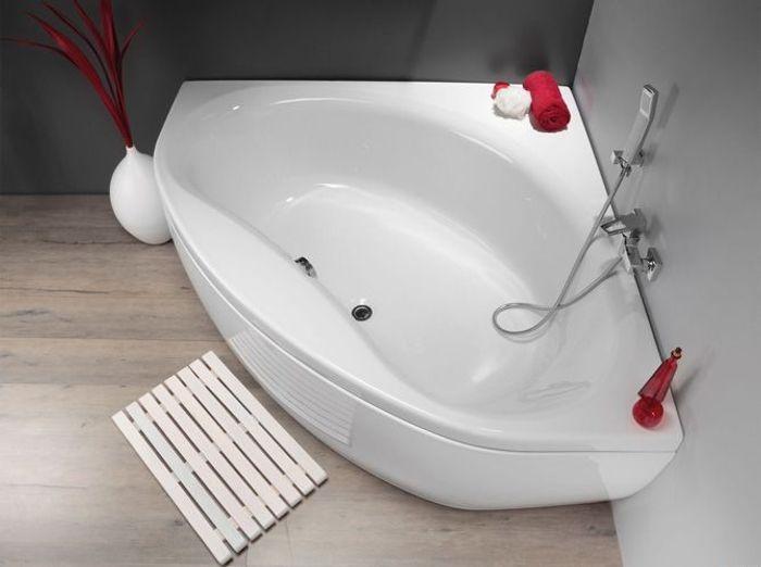 La baignoire se fait toute petite elle d coration for Petite baignoire d angle