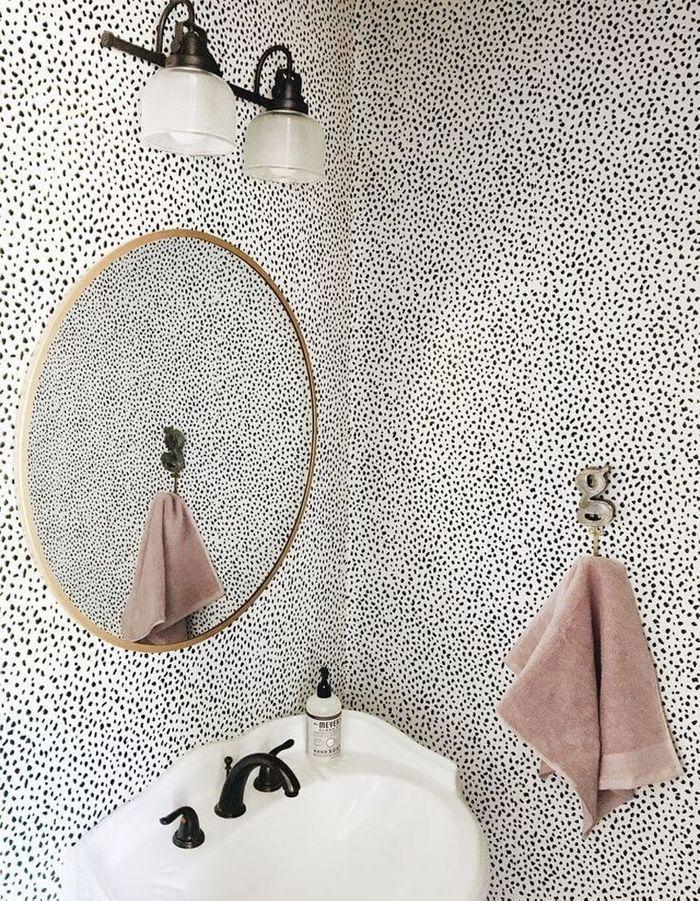 Un papier peint à pois pour une salle de bains de caractère