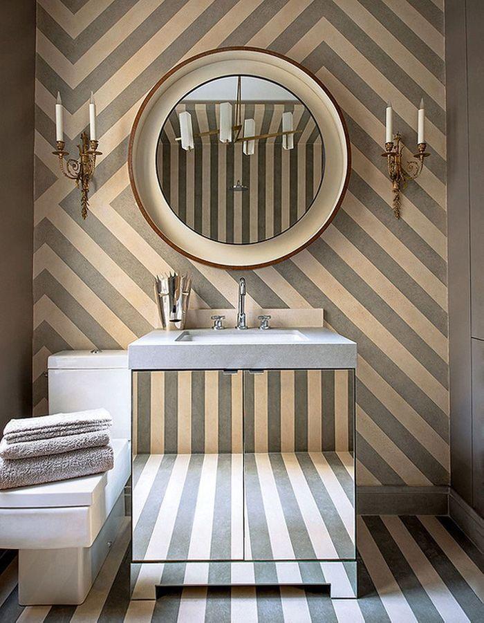 Un papier peint à rayures du sol au plafond pour une salle de bains qui dénote