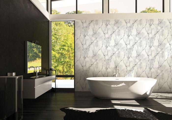 Un papier peint effet trompe-l'œil pour une salle de bains raffinée