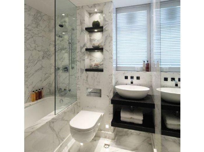 La salle de bains s 39 habille en noir et blanc elle d coration for Petite salle de douche noir et blanc