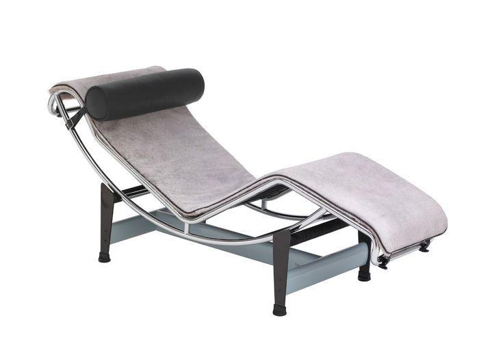 Un canapé gris accompagné d'une pièce de grand designer pour un duo détonant
