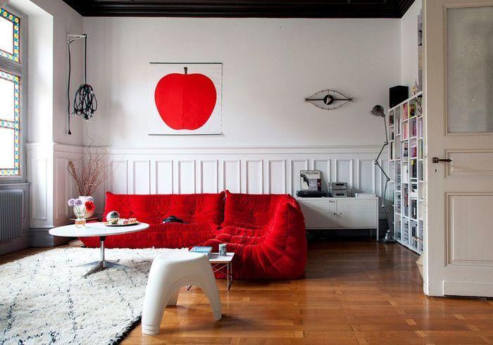 Le canapé Togo rouge dans un salon immaculé