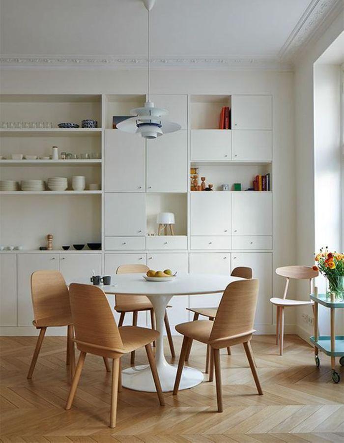 La table Tulipe dans une cuisine blanche