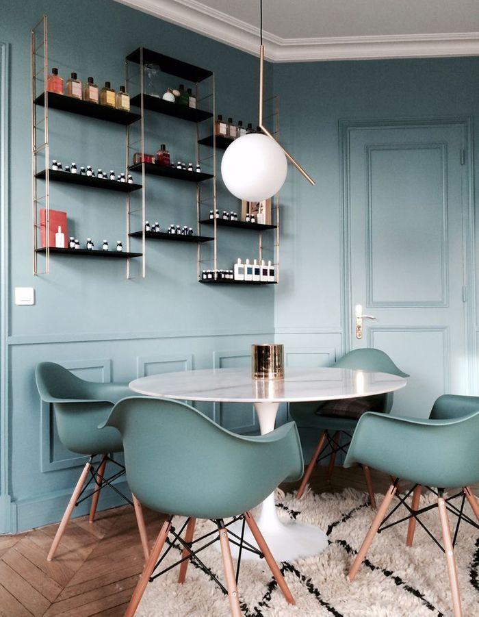 La table Tulipe dans une salle à manger bleue