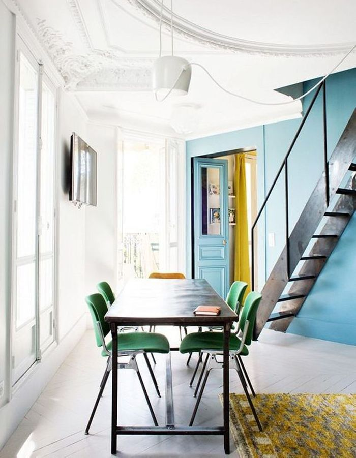 Une porte semi-vitrée colorée