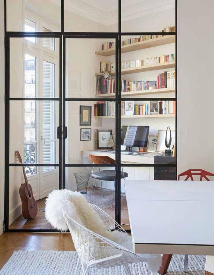 Une verrière intérieure qui délimite le coin bureau