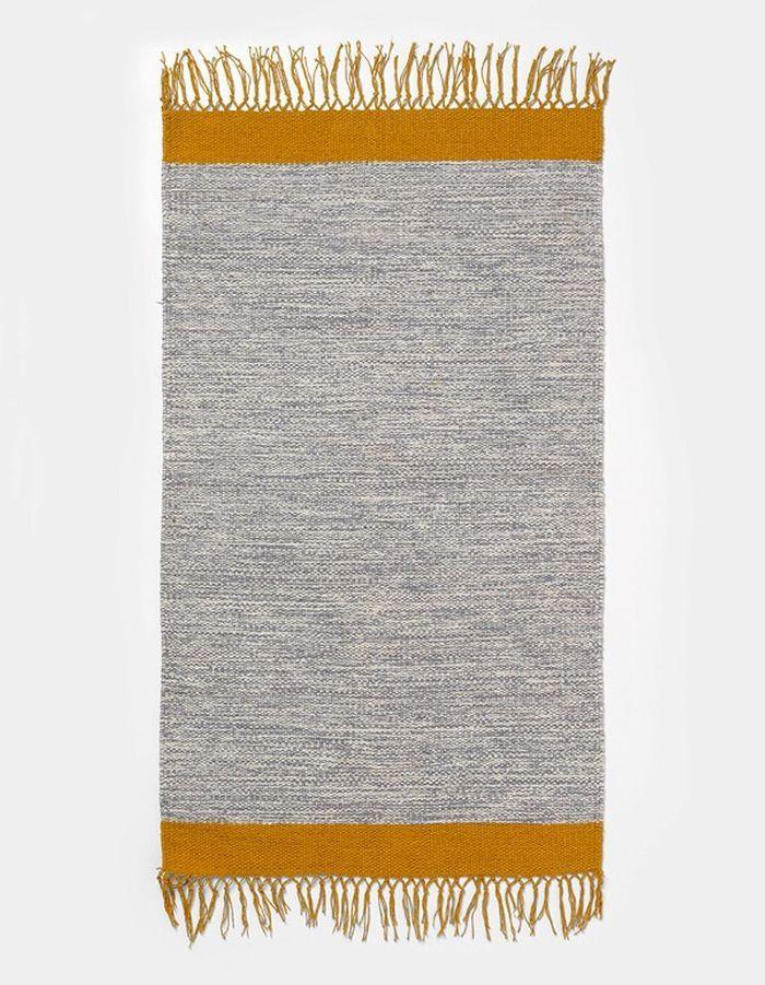 Un tapis aux touches jaune curry pour une déco cocooning