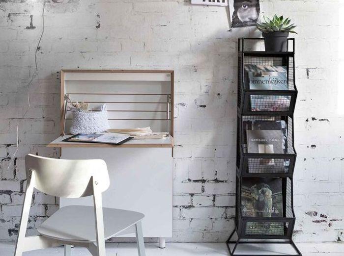 Un bureau blanc au papier peint aussi tendance qu'original