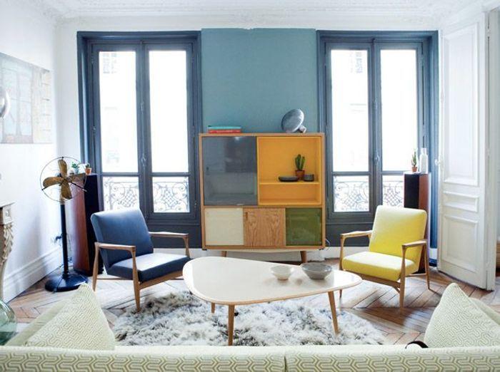 Un salon blanc réveillé par un mur bicolore