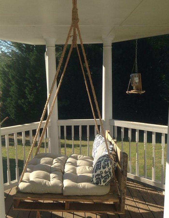 Palette en bois transformée en fauteuil suspendu