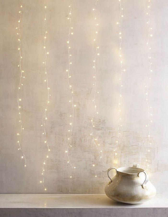 Une guirlande lumineuse qui recouvre tout un mur