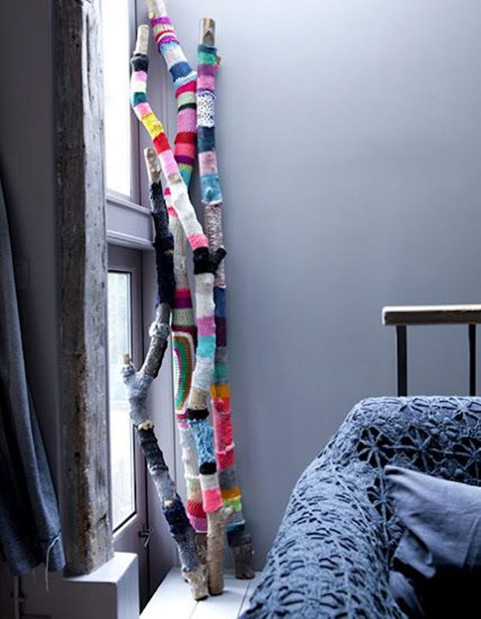Une branche d'arbre habillée de tricot transformée en petite décoration