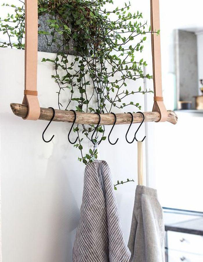 Une branche d'arbre transformée en rangement suspendu pour la cuisine