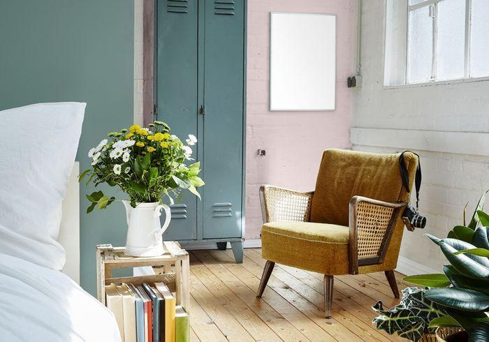 Un mur coloré en rose pastel et en bleu canard