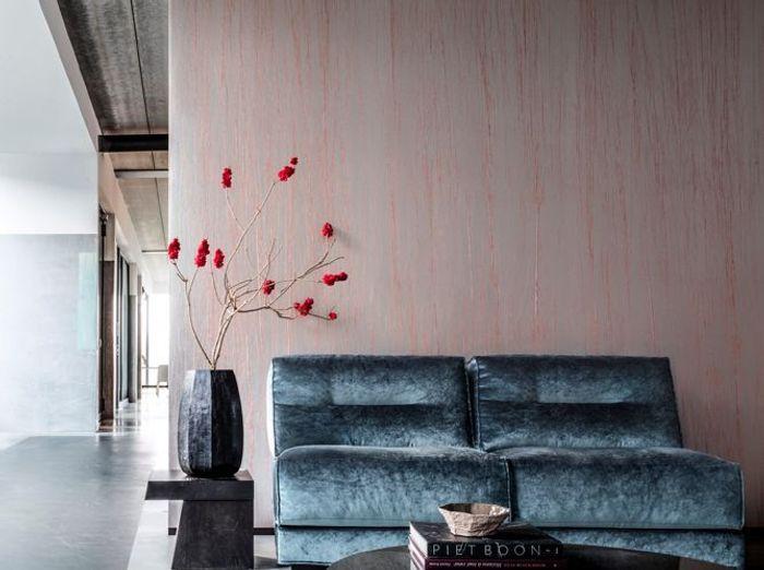 Un papier peint rose texturisé