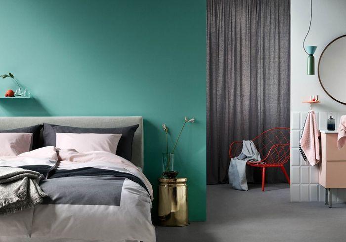 Un mur vert lagon dans la chambre