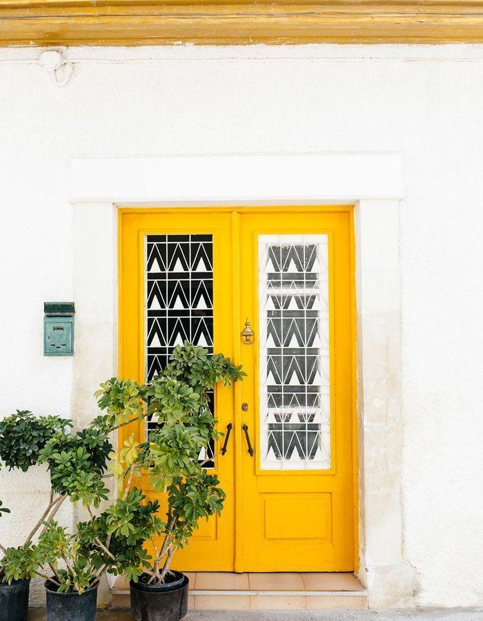 Une porte d'entrée jaune tournesol