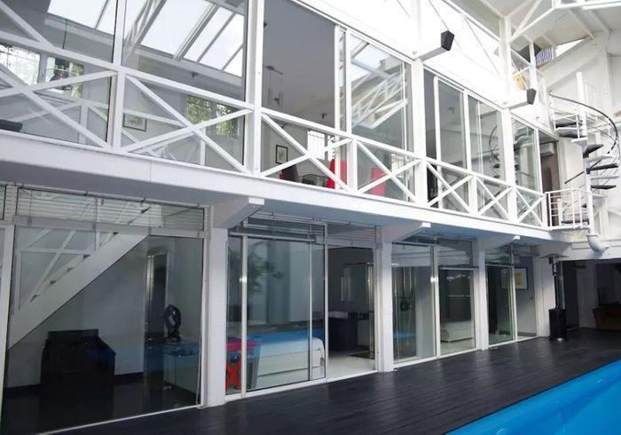Loft entièrement vitré avec piscine à Bordeaux