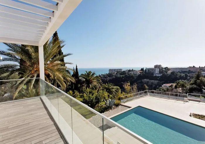 Villa blanche avec jardin luxuriant à Nice