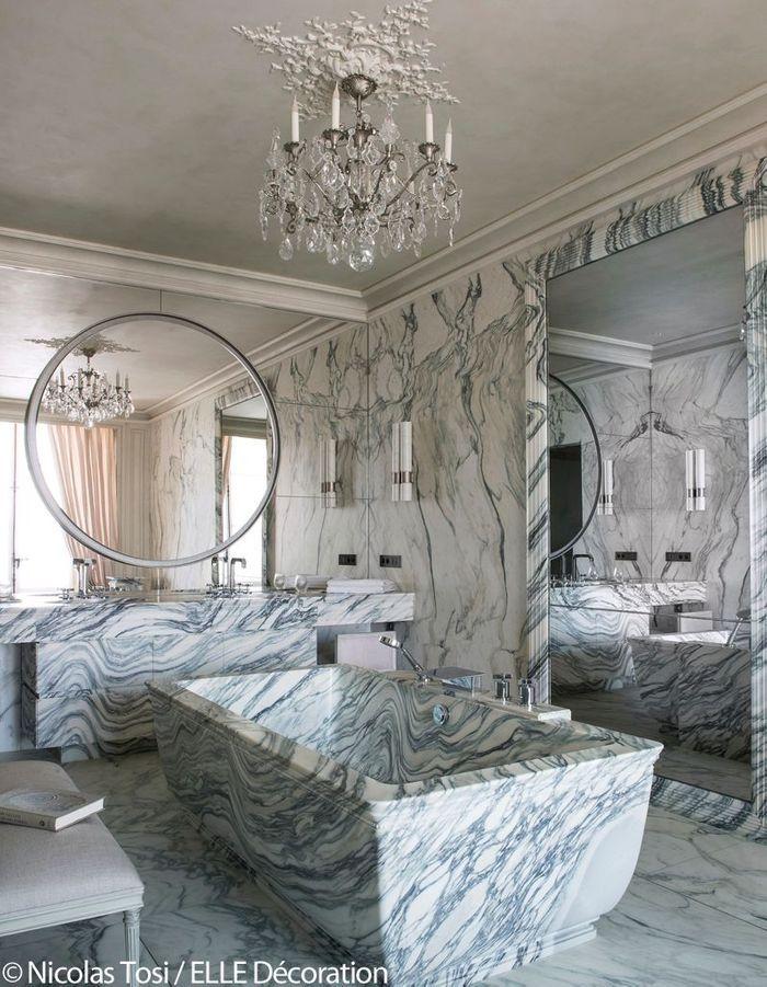 Hôtel de Crillon : une salle de bains en marbre