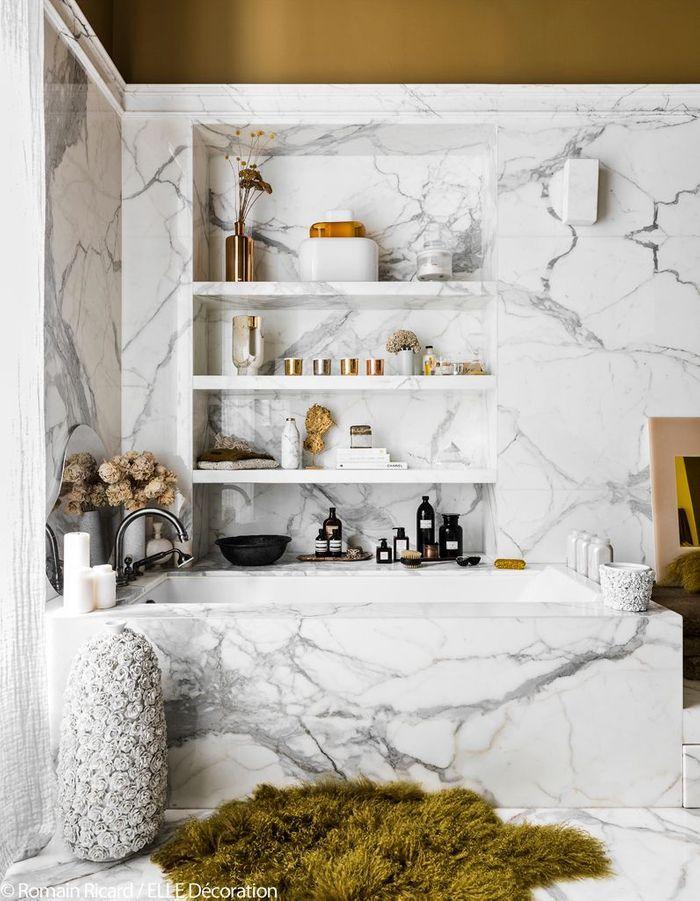 La salle de bains vêtue de marbre