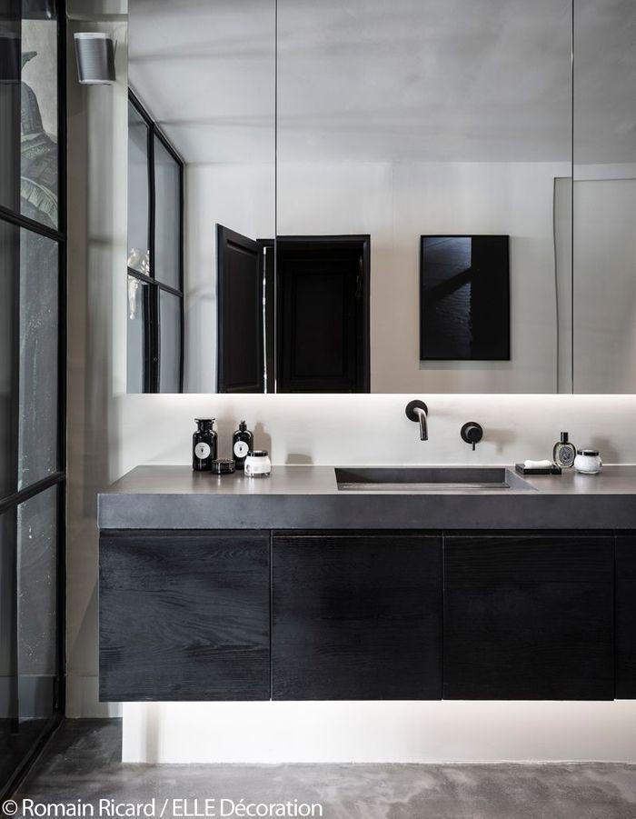 Salle de bains en marbre et bois brûlé