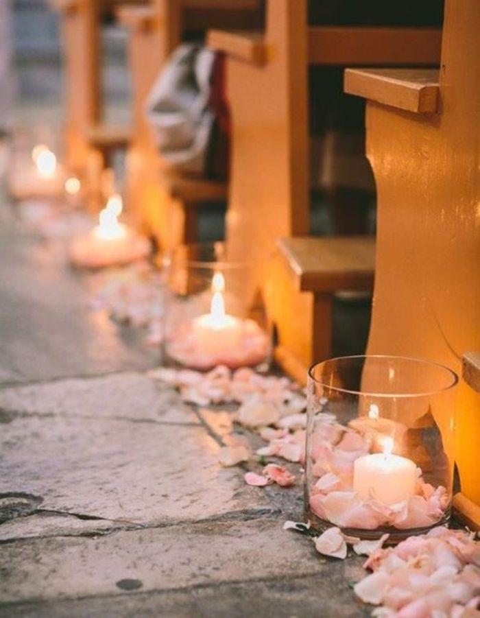 Distriller des bougies et des pétales de fleurs de chaque côté de l'allée centrale pour apporter du romantisme à la cérémonie de mariage