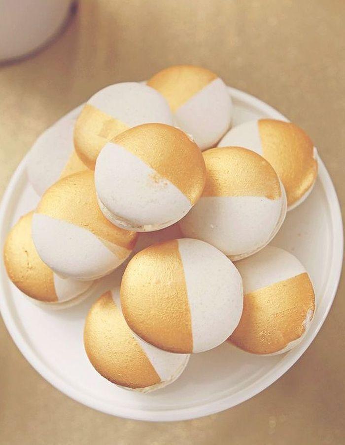 Macarons blanc et or paillettes comment donner un air de f te ses plats elle table - Comment cuisiner un patisson blanc ...